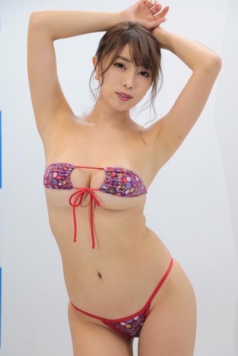 【画像】9割裸のおっぱいちゃんがソフマップに降臨wwww