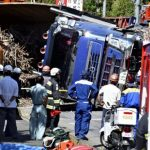 【画像】トレーラー横転、軽乗用車下敷き…男女3人死亡