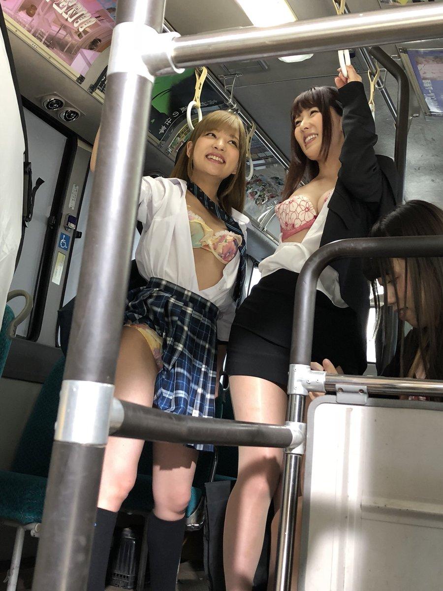 【画像】バス車内に下着丸見えのエチエチ女子現るwwwww
