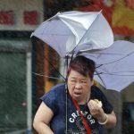 【画像】嵐の中で肉まんを食うババア現る