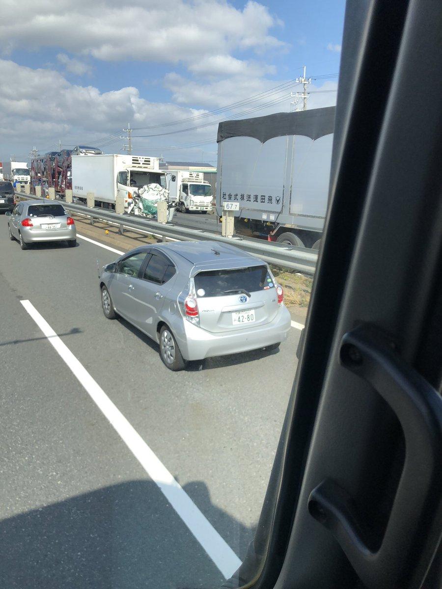【画像】軽自動車がトラックに挟まれペシャンコに 親子3人死亡