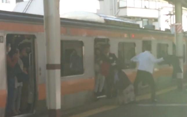 【マジキチ動画】スーツ男性が大暴れ! 駅ホーム騒然「オラァ!」「止めて!」