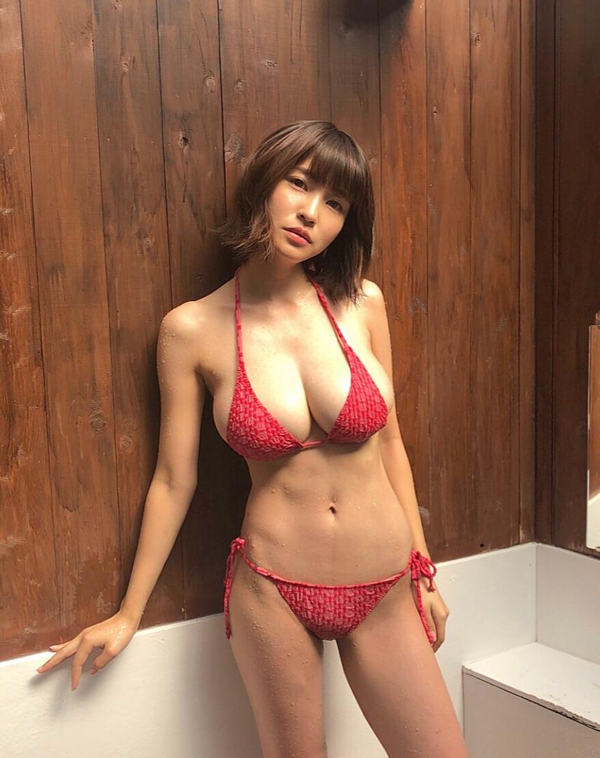 【画像】岸明日香、史上1番なベスト体型でのビキニ姿エッッッッ!!