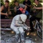 【画像】陽キャ、精神疾患の女性に小麦粉や卵を浴びせて笑顔で写真撮影