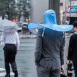 【画像】ついに両手離して使える傘が誕生!!!!
