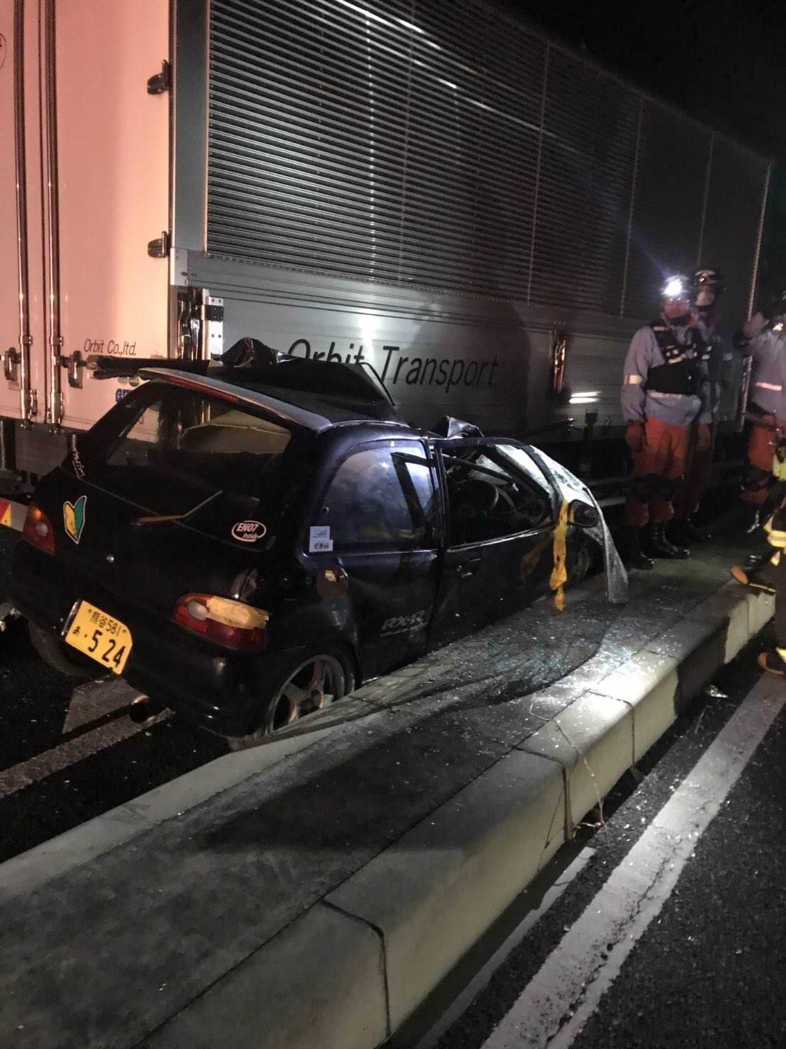 【画像】トラックにノーウィンカーで幅寄せされた軽スポーツカーが大破