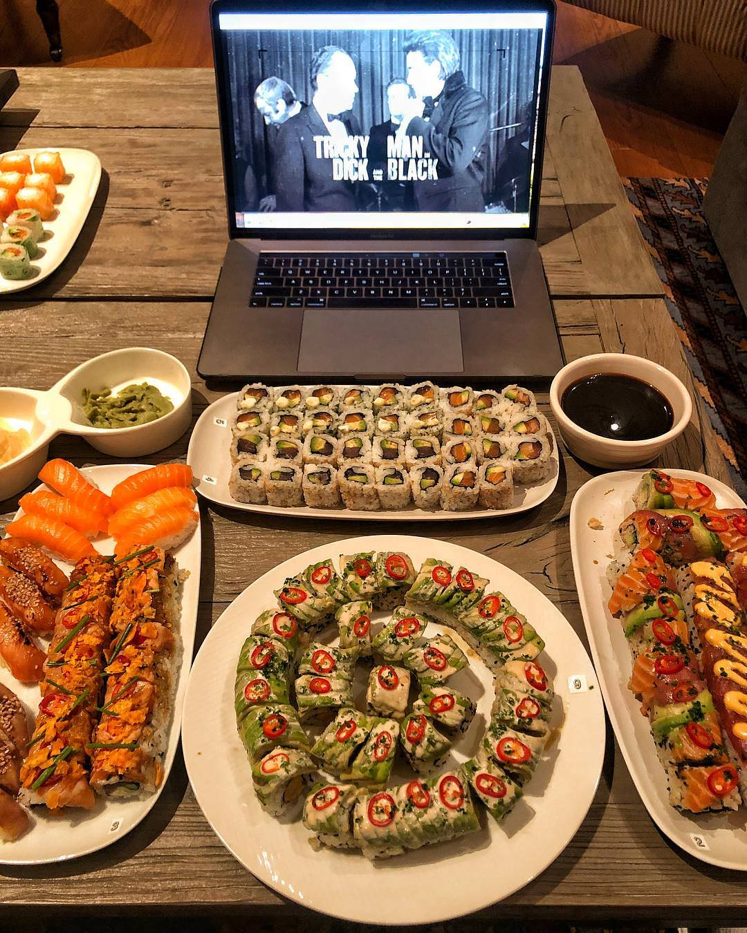 【画像】米国人「俺は日本のSUSHIが大好きなんだ。わさびを大量投入して100貫ぐらいぺろりと食べちゃうね」