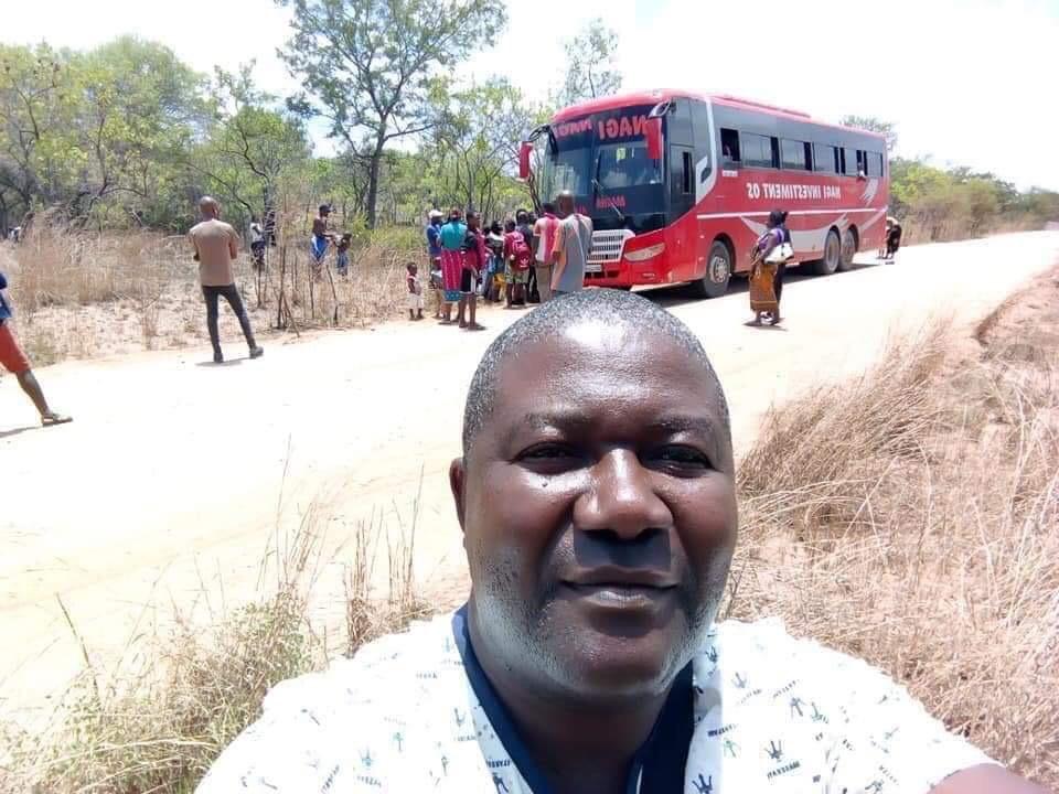 【速報】「大型バス、横転した」自撮りパシャー