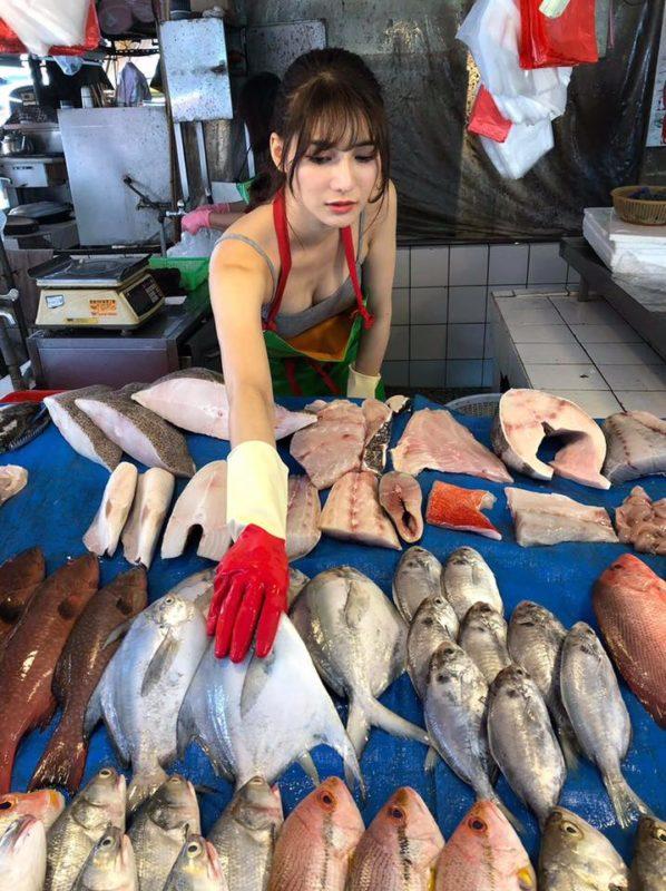 【画像】台湾のエチエチ魚屋さん、可愛すぎて台湾のお前らが殺到