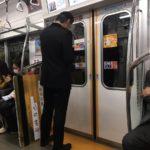 【画像】長瀬智也さん、電車に乗ってる所を盗撮されてしまう