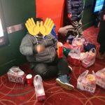 【画像】ラブライバーさん、映画館で座り込んでお菓子を食べる