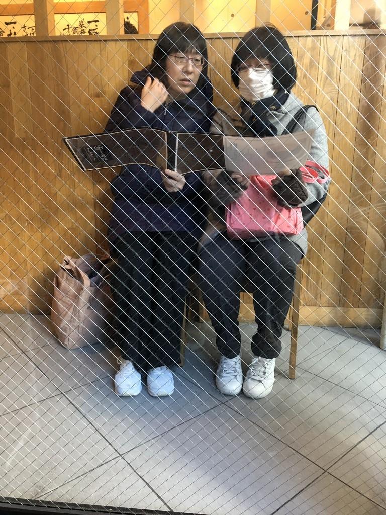 【画像】トンカツ屋に並ぶ姉妹が盗撮される