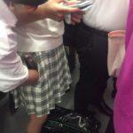 【画像】クソガキ、JKのスカートに手を入れてしまう