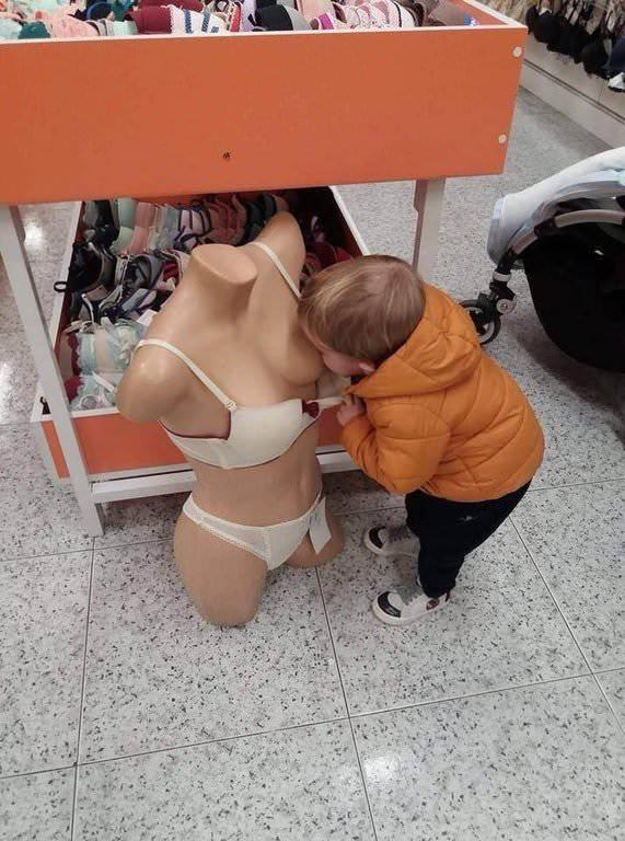 【画像】赤ちゃん「こんなとこにおっぱいがあるやんけ!吸うしかないやろ」