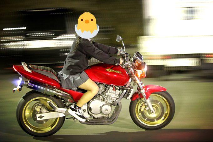 【画像】女子、とんでもない格好でバイクに乗ってしまうww