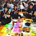 【画像】沖縄で県立高校入試 宮古島では受験生が昼休みに家族と一緒にご飯を食べるのが恒例