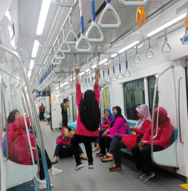【画像】インドネシアに初めて地下鉄ができた結果、無法地帯と化す