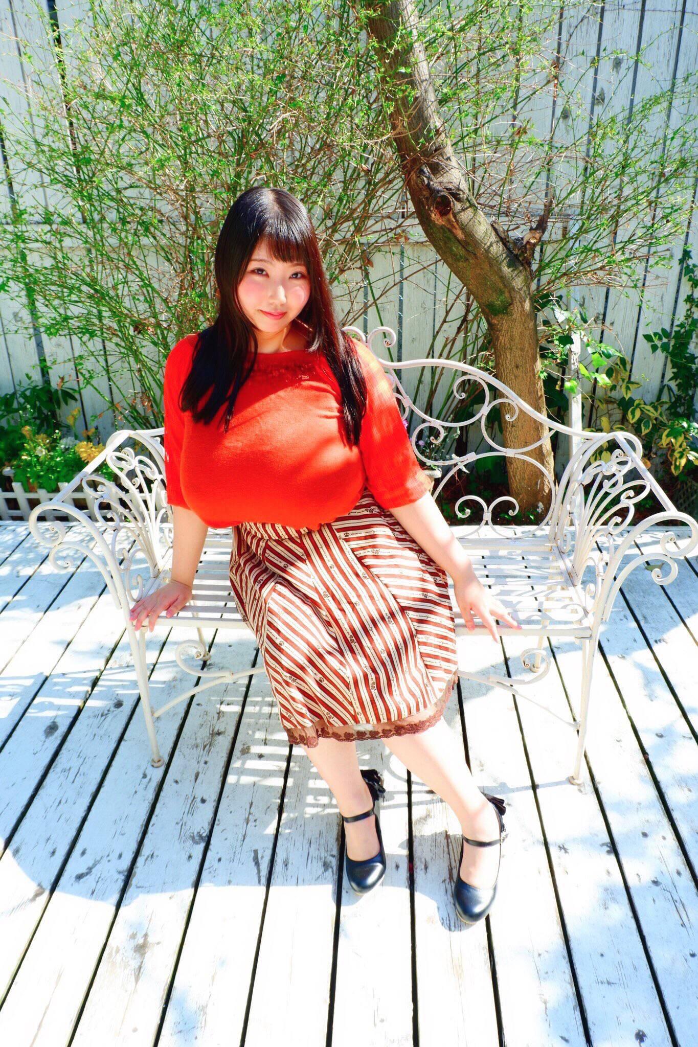 【画像】乳デカすぎて普通の生活送れなさそうな女子wwwww