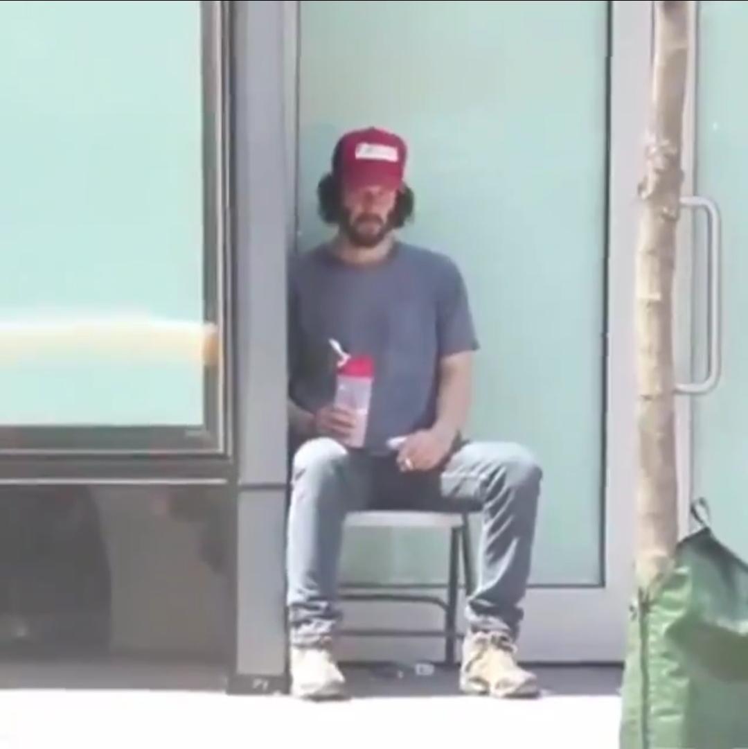 【画像】キアヌリーブス、またNYの街角でぼっち飯