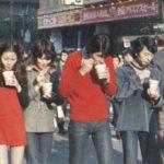 【画像】昔はこんな風に歩きながらカップヌードル食うのがナウかったってマジ?