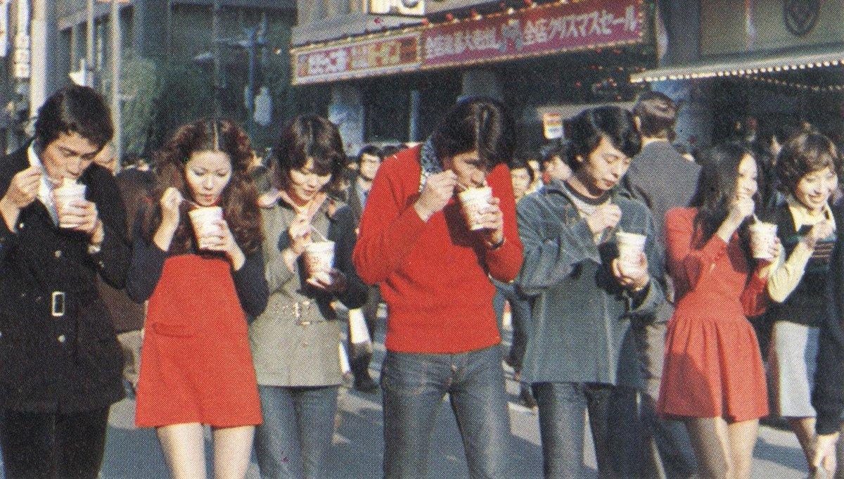 【画像】昔はこんな風に歩きながらカップヌードル食うのがナウかったってマジ??