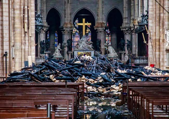 富豪「大聖堂のために寄付するよ。ほい」 パリで貧困デモやってた連中「いやワシらは石以下かーーい」
