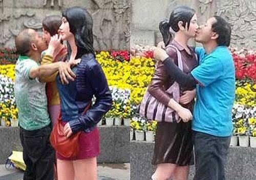 【悲報】中国で設置した女性の像、キモ親父たちに胸を揉まれたりキスされたりともうめちゃくちゃ