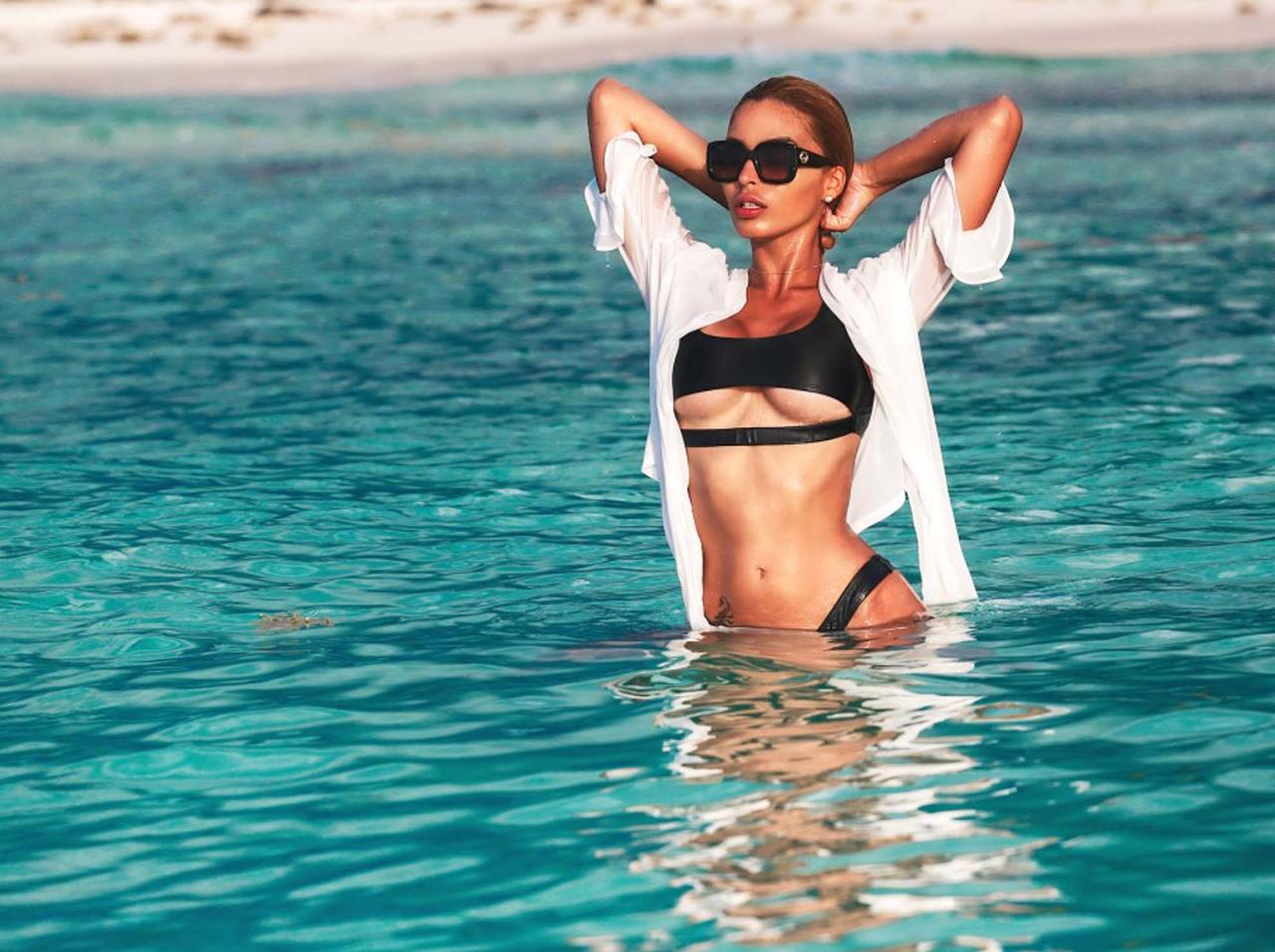 【朗報画像】ファッション業界「今年は下乳を見せる水着が流行る!!!」