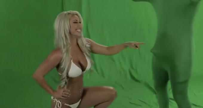 【動画像】水着美女のCM撮影中にスタッフが勃起してしまい撮影中止wwwww