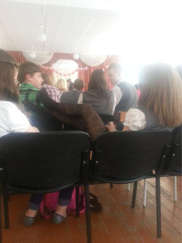 【画像】ロシアの陰キャ、女の子に虐められる