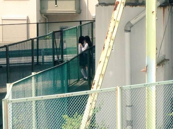 【画像】JK、フェンス脇でキスを迫られる