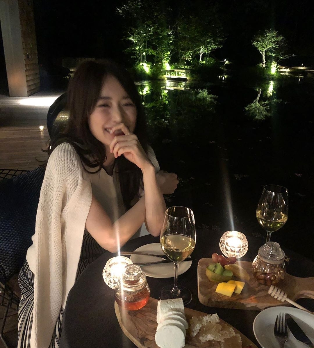 【画像】ワイ、こんな女性とこんな場所でご飯を食べたかっただけなのに。。w