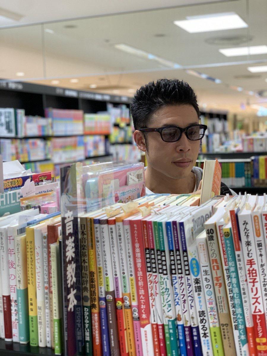 【画像】なかやまきんに君、本屋で盗撮される