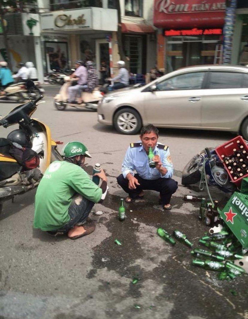 【画像】ベトナムの警察官、事故現場でとんでもないことをする