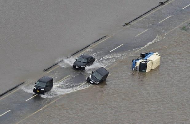 【画像】大雨で冠水した道路を突っ切ろうとした結果www