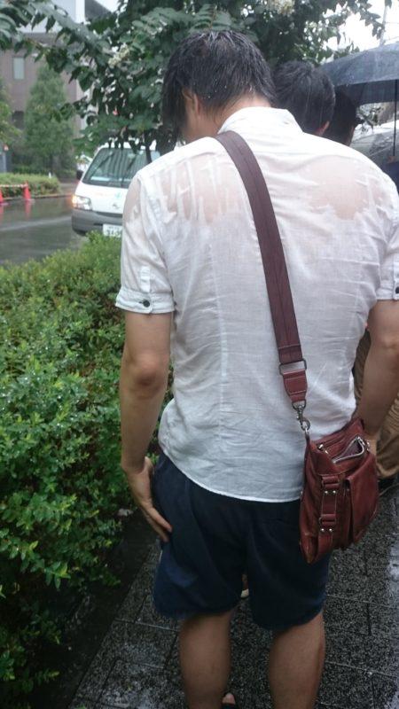 【画像】パチンコ屋の並びに傘を刺さずずぶ濡れになりながら並ぶ勇者あらわる