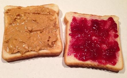 【画像】ピーナッツバターとジャムをべっとり塗ったサンドイッチがアメリカ人の定番の昼食らしい