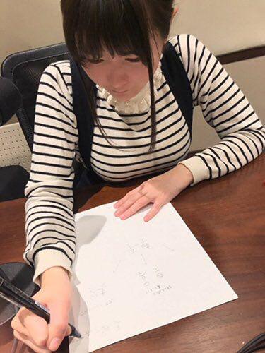 【画像】竹達彩奈、デカすぎるおっぱいを机に乗せて巨乳アピールw