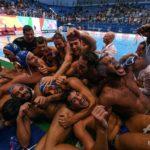【画像】イタリアの水球選手が抱き合う写真が超エロいと話題