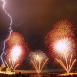 【画像】福岡の花火大会、雷雨の中強行し世紀末感が凄い