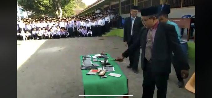 【画像】教師「生徒のスマホをハンマーで破壊しまーす」ガンッガンッ