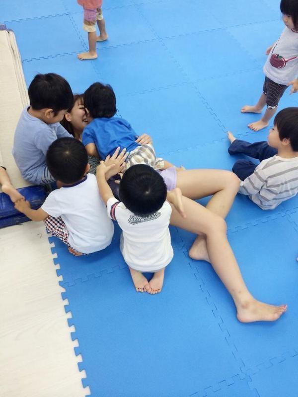 【画像】幼稚園児「ベロチューうんめぇ~」お姉さん「んっ…やめてっ……」