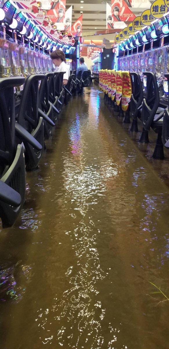 【画像】パチンコ屋さん、浸水しても通常営業