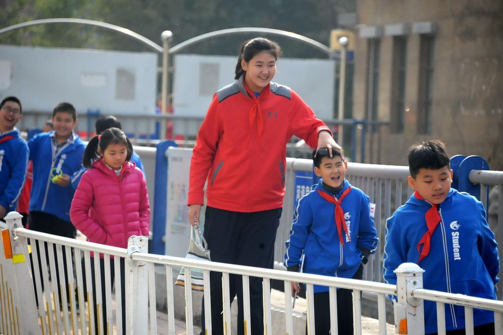 【画像】中国に身長2m12mの11歳の女子小学生がいるらしいww
