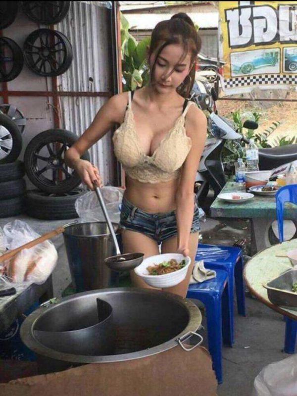【画像】タイの屋台のドスケベお姉さんwwwwww