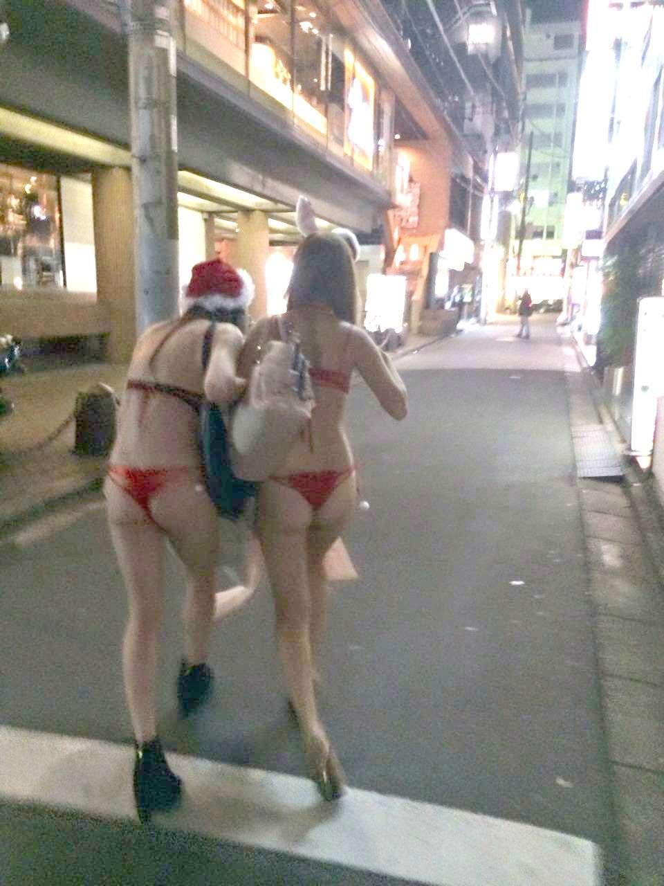 【画像】渋谷ハロウィン、とんでもない格好をした女が現れるw