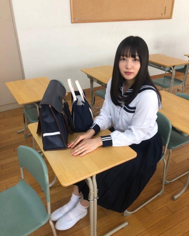 【画像】岡山の奇跡こと桜井日奈子のJKコスプレ、クラスに3人のレベルww