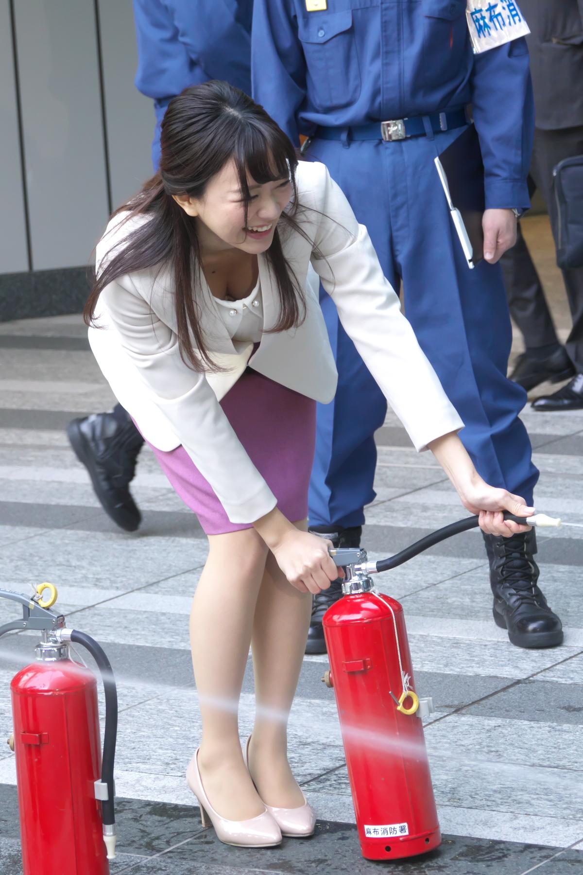 【画像】消火活動中の美人お姉さん、うっかり胸チラして周りの男達に火をつけてしまうwww