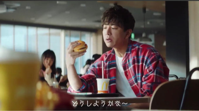 【画像】若者の間でハンバーガーのキムタク持ちが流行ってしまう