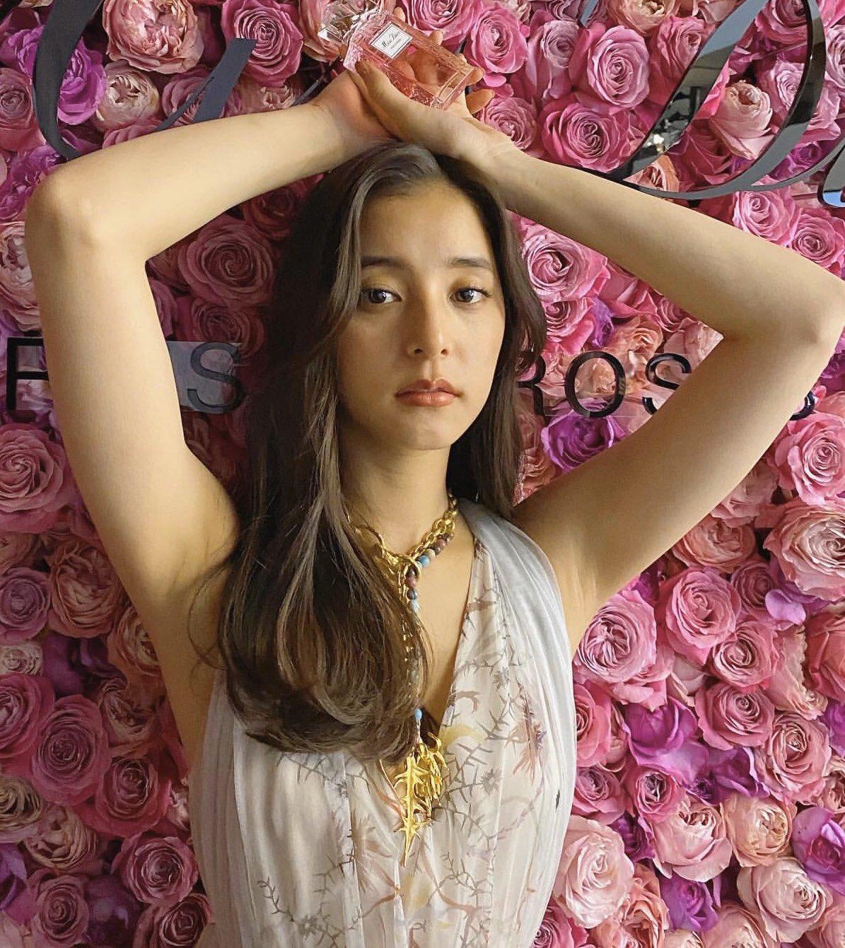 【画像】新木優子の腋、いい匂いしそうww